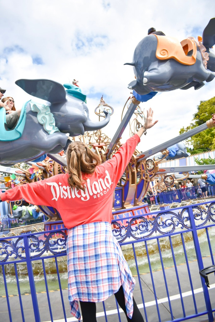 Living in a Fantasyland is a whole lot easier when wearing my coral Disneyland Spirit Jersey. I had the best time matchig the aesthetic by Dumbo the Flying Elephant ride at Disneyland.
